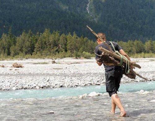 Jens Gürtler ist viel am Bodensee und wie hier am Lech in Tirol unterwegs. Die genauen Holz-Sammelstellen hütet er wie einen Schatz